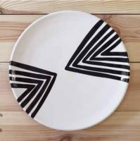 """Assiette """"chevron"""" à motifs noirs et blancs"""