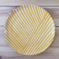 Assiette à motifs jaunes et blancs